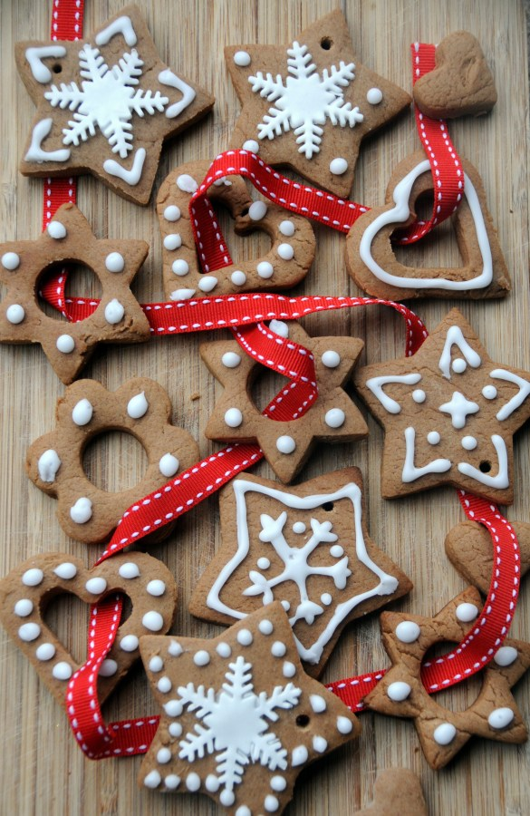 Starshaped pierniczki cookies with snowflake frosting