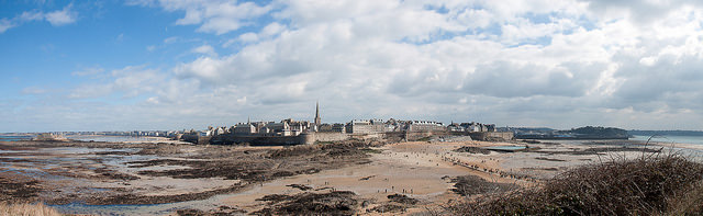 The low tide reveals sandy beaches of fine white sand and a cluster of rocky islands that may be reached on foot at Saint-Malo. Photo: Janick RIOT/Flickr