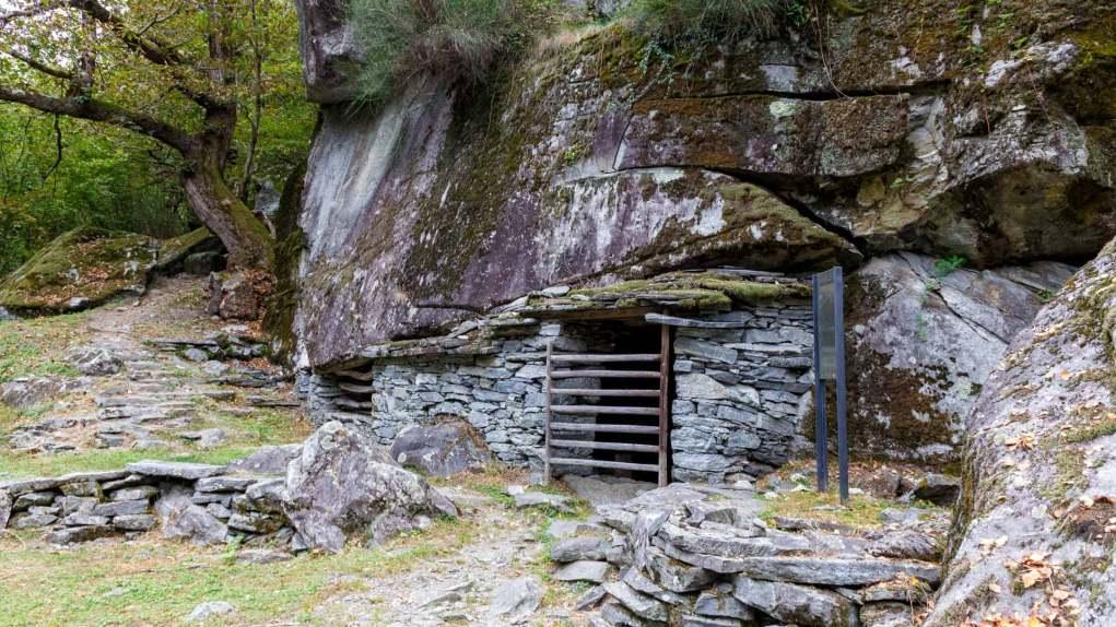 Stall unter Felsbrocken