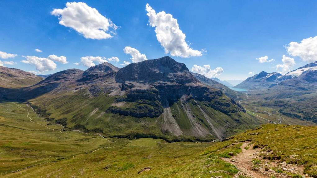 Der Piz Alv mit links dem Val da Fain und rechts dem Lago Bianco