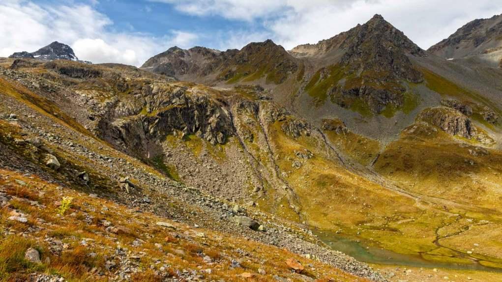 Kleine Bäche und kleiner Bergsee