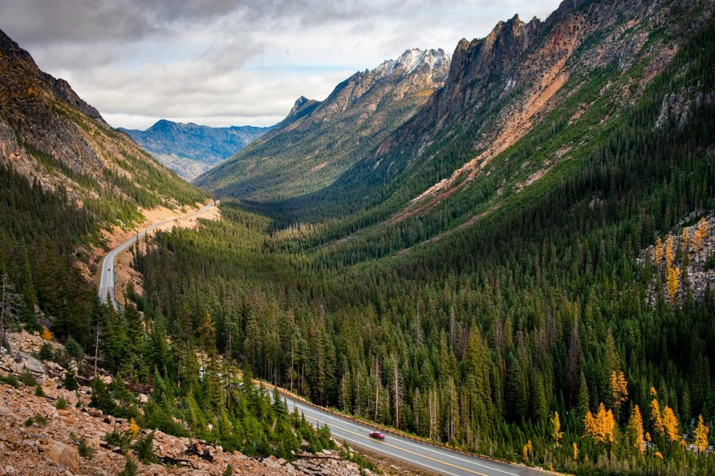 Best outdoor things to do during fall in Washington State - North Cascades Scenic Highway