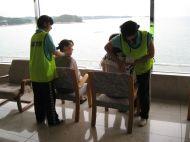 Les étudiants prodiguent des massages aux rescapés, pour les détendre, avec vue sur mer...