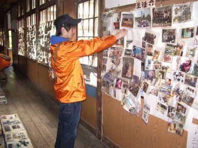 Un étudiant affiche des photos retrouvées
