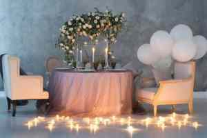 Wedding decoration with roses, lamps and balloons