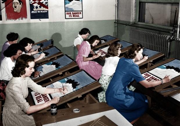 Izdelovanje propagandnih plakatov med drugo svetovno vojno v New Yorku, 8. julij 1942 (foto: kibblenbits/Reddit)