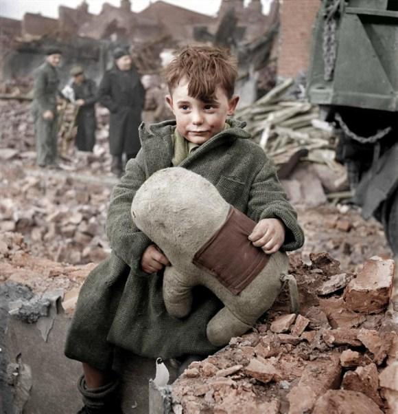 Zapuščen deček s plišasto igračo, London, 1945 (foto: HansLucifer/Reddit)