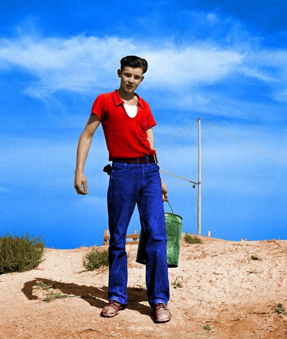 17-letni mladenič, ki svinjam nese krmo, 1939 (foto: Shorpy)