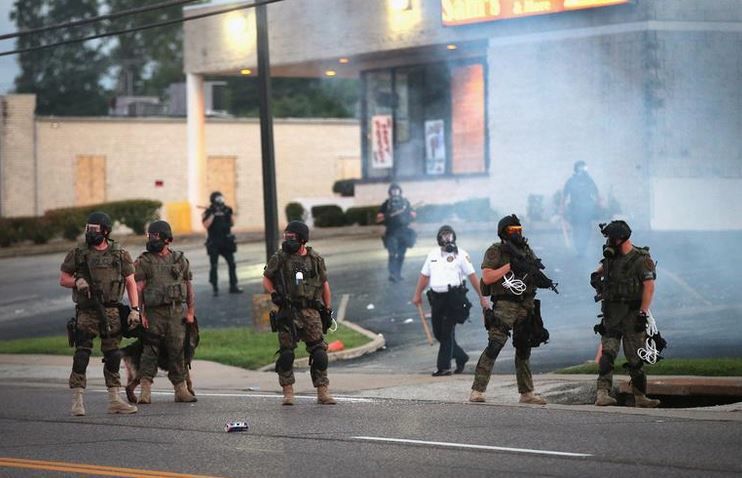 Do zob oborožena policija v Fergusonu | Scott Olson/Getty Images