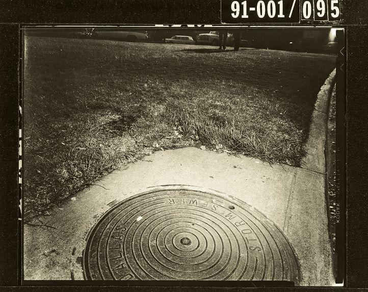 Kanalizacija, kjer se je zarinila prva krogla, ki se je odbila od semaforja.   Dallas Municipal Archives
