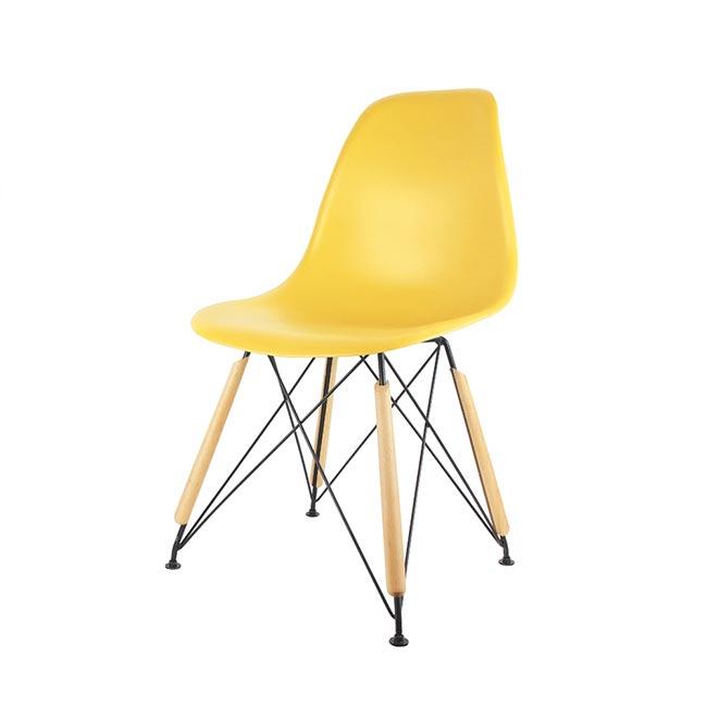 lot de 2 chaises scandinaves the concept factory coque plastique jaune et pieds noirs et bois