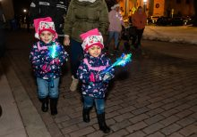 WATERBURY, CT. 08 December 2019-120819BS14 - Kailiany Vasquez, 4, and her sister Kayroma, 2, both of Waterbury walk around with their brightly lit snowflakes, during the annual lighting of the Christmas Tree and surrounding lights on the City Green to help launch the Holiday Season in downtown Waterbury on Sunday. The lighting ceremony was pushed backed on week due to the snowstorm last weekend. Bill Shettle Republican-American
