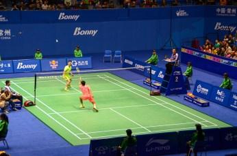 Huang Yuxiang (en jaune) contre Tian Houwei (en rose)