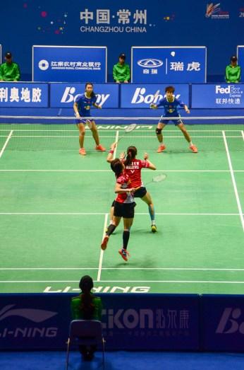 Tang Jinhua et Zhong Qianxin (Chine - en bleu) contre Vivian Kah Mun Hoo et Khe Wei Woon (Malaysie - en rouge)
