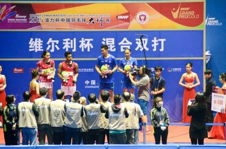 Bao Yixing et Liu Cheng, vainqueurs de la finale XD, contre Edi Subaktiar et Gloria Emanuelle Widjaja (Indonésie)