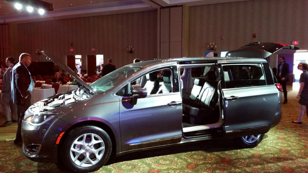 2017 chrysler pacifica limited vehicle features (16)