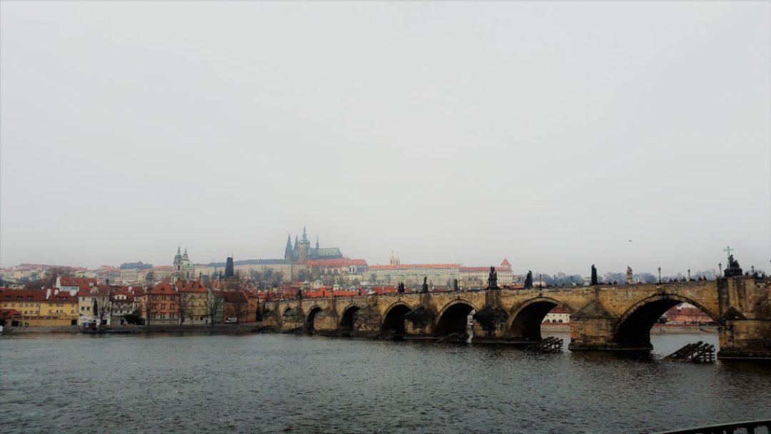 Πράγα, Τσεχία. Η γέφυρα του Καρόλου που διασχίζει τον ποταμό Μολδάβα