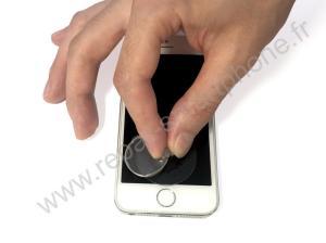 Appliquer la ventouse sur l'ecran iPhone