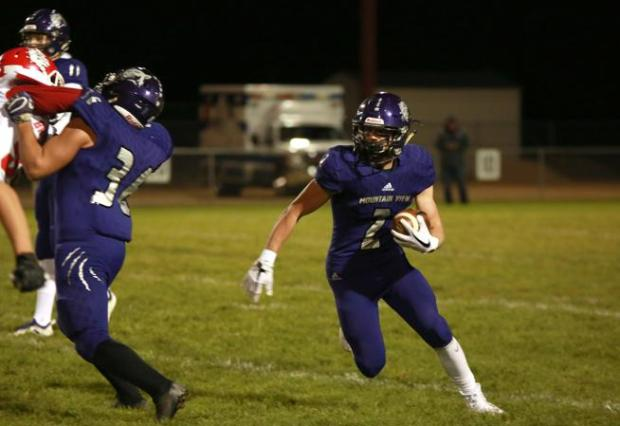 Mountain View's Shane Rasico runs with ...
