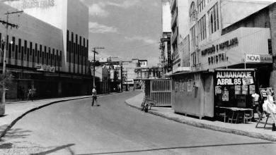 Photo of Rua do Comércio, asfaltada, em 1985. No lado esquerdo da imagem, a extinta Lojas Brasileiras.