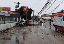 Photo of Carro derruba poste e deixa uma pessoa ferida na Serraria, em Maceió; Assista!