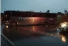 Photo of Ônibus sai da pista e bate em árvore na AL-110, em Arapiraca