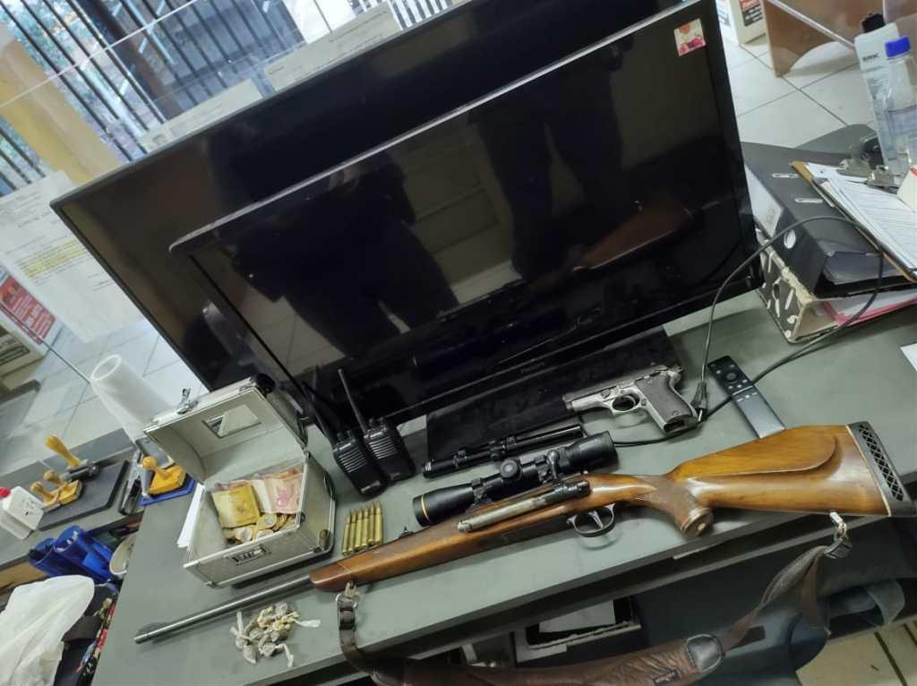 PMs de Porto Ferreira prende jovem com Drogas, Fuzil furtado, Pistola Automática e Dinheiro