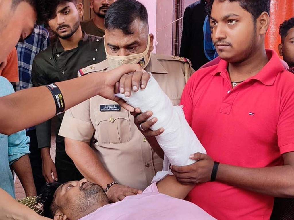 Sultanpur News: Deadly attack on the son of former SP MLA, a few steps away from the police station, hospitalized