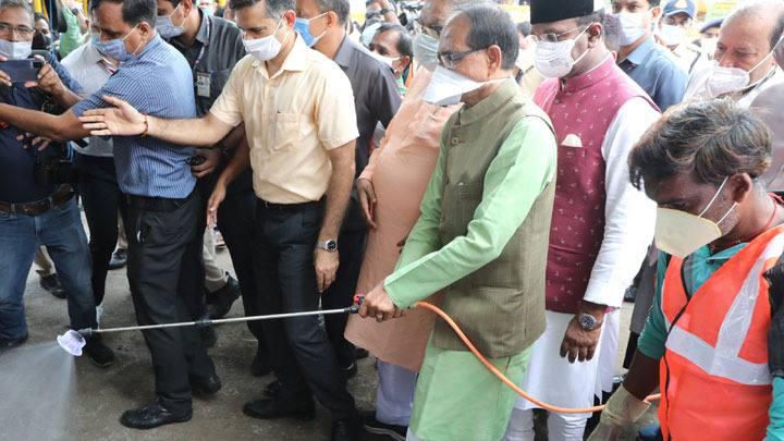 Chief Minister Shri Shivraj Singh Chouhan ran medicine spray and forming machine for dengue control at Palak Mati Complex, Nehru Nagar.