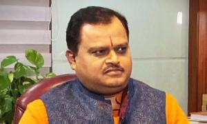Suresh Chavhanke points to dog during interview and says 'Owaisi is here'