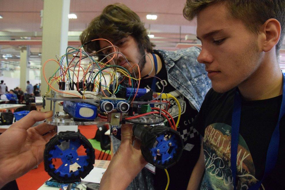 Bari, gli studenti di tutta Italia si sfidano a colpi di robot