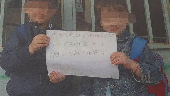 """Trani, scuola vietata a 5 alunni non vaccinati. Protesta ai cancelli: """"Come i cani"""""""