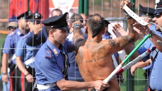 Calcio, caos prima di Bologna-Spezia: botte tra ultrà davanti ai bambini