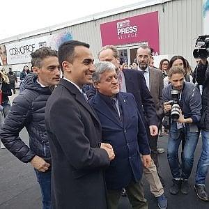 """Bagno di folla per Di Maio al Cosmoprof di Bologna: """"Sono qui per abbracciare il popolo della partita Iva"""""""