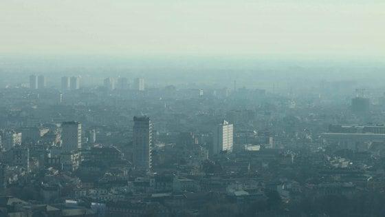 Milano, lo smog non dà tregua: fermi i veicoli inquinanti, riscaldamenti sì ma più bassi