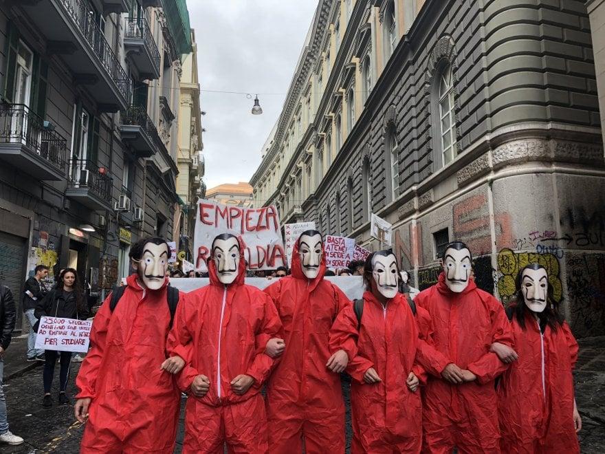 Universit a Napoli studenti in corteo con la maschera di Dal contro il caro tasse  1 di 1
