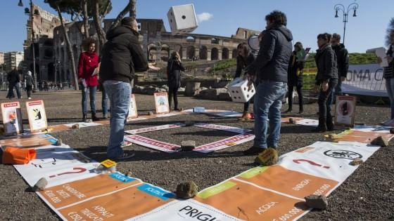 """Spiazziamoli, al Colosseo il grande """"monopoli"""" contro """"la mafia e la corruzione a Roma"""""""