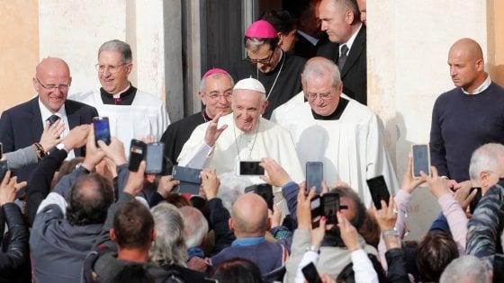 Roma bagno di folla per papa Francesco al Santuario del Divino Amore Prego per la Siria