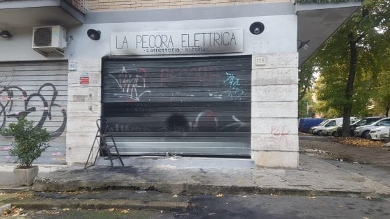 """Roma, a fuoco la libreria 'Pecora elettrica' alla vigilia della riapertura. Gli inquirenti: """"Ritorsione degli spacciatori"""""""