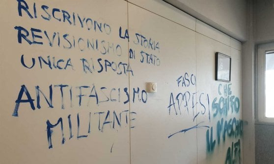 Turin, the antagonists occupy the Rectorate: throwing eggs, a shattered window