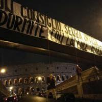 Roma, manichini di Salah, Nainggolan e De Rossi impiccati. E c'è anche uno striscione con una minaccia