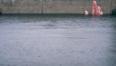 C'è una sorpresa sott'acqua: l'artista gioca con la marea