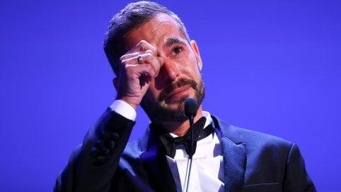 Doppio premio al regista francese: sul palco non smette più di piangere
