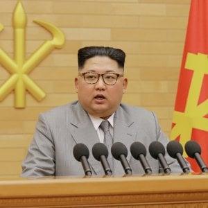 """Corea del Nord, il discorso di Kim: """"Dialogo con Seul, ma gli Usa sappiano che il pulsante nucleare è qui sul mio tavolo"""""""