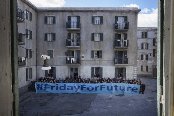 Climate, events all over the world. Students invade the squares: