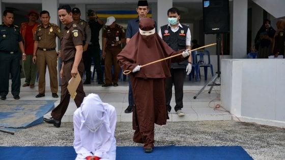 Indonesia, il primo giustiziere donna: frustate a una ragazza che ha fatto sesso fuori dal matrimonio