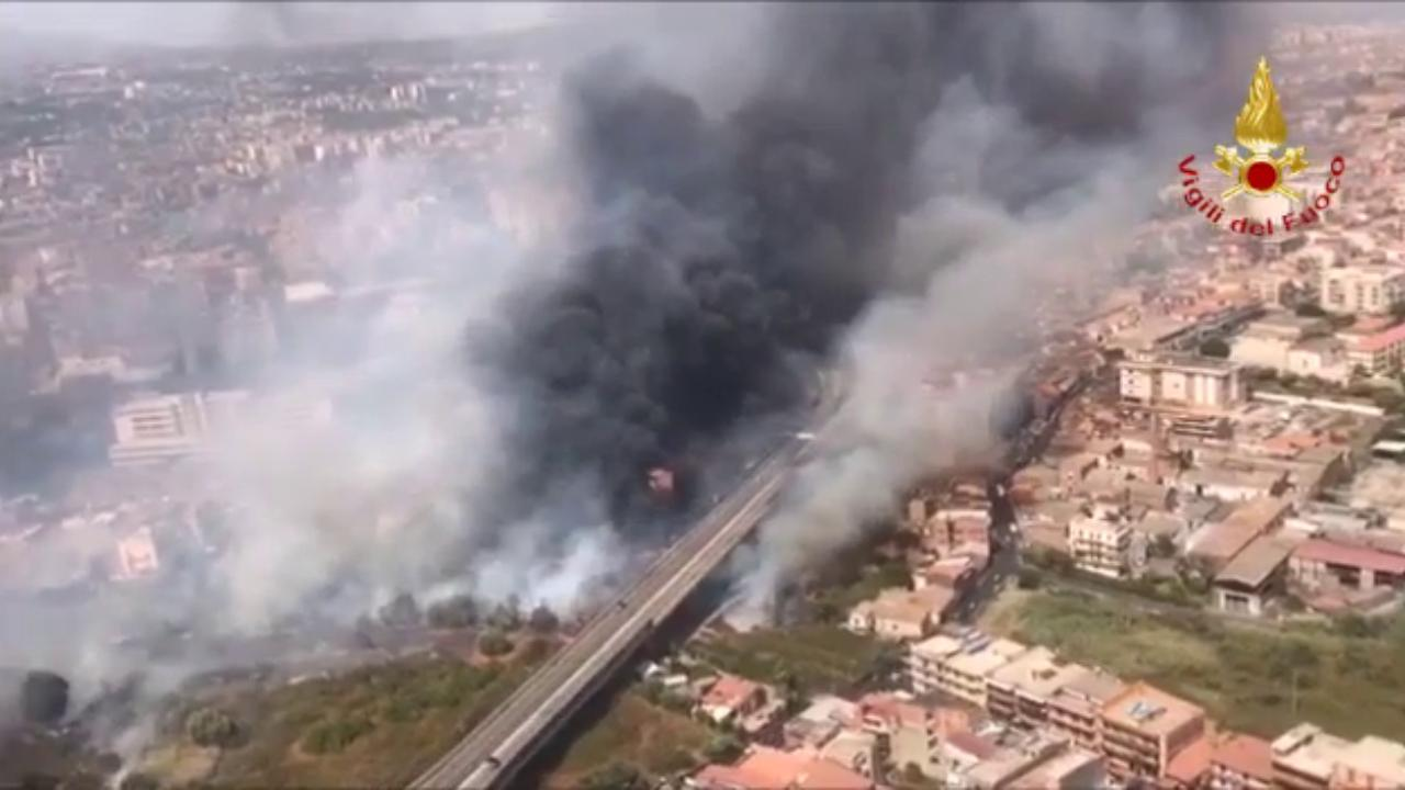 Oltre trenta incendi a Catania: 150 persone evacuate via mare, distrutto un  lido alla Playa - la Repubblica