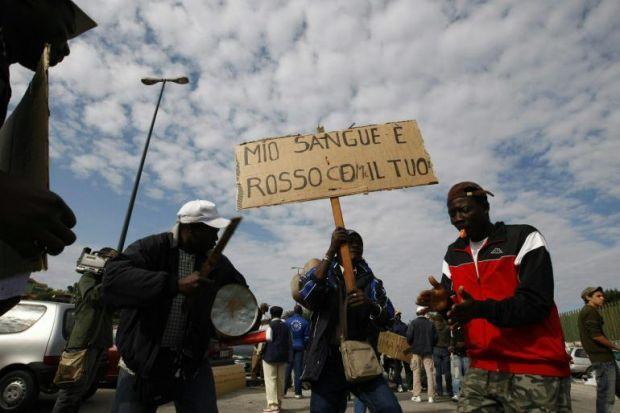 {B}Corteo antirazzista, scontri a Pianura{/B}