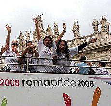 <b>Gay Pride, si sfila imbavagliati<br/>c'è un carro per le nozze omosex</b>