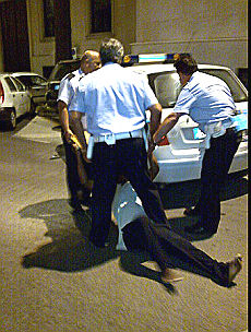 La linea dura dei vigili l'ambulante nel portabagagli